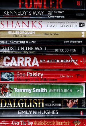 Bokhyllan i vardagsrummet innehåller en hel del litteratur som rör spelare och managers i Liverpool.