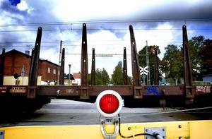 LYSER RÖTT. Den här synen möter ofta de som bor söder om järnvägen i Kungsgården. Bommarna nedfällda och röda lampor som lyser. Men vid ett möte i går lovade Banverket presentera alternativa lösningar redan inom tre veckor.