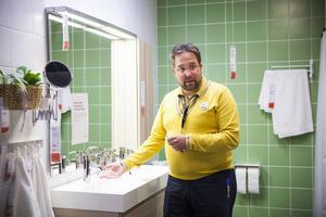 Johan Nestor, varuhuschef på Ikea Borlänge, berättar att snålspolande kranar kan halvera vattenåtgången.Han tipsar också om att använda mycket textilier, speciellt vintertid, för att spara energi.