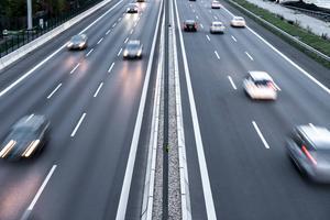 Det är inte så lönt att gasa på för att komma fram snabbare om du redan kör i hög hastighet – att öka från 110 till 120 kilometer i timmen vinner man bara tre ynka sekunder per kilometer på.   Foto: Shutterstock.com