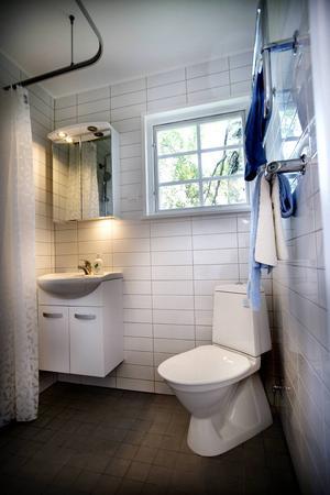 Helkaklat badrum, vad annars, finns i trädkojan.