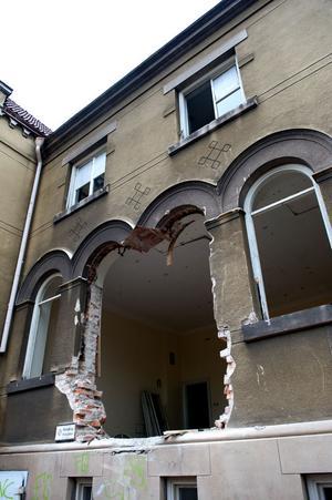Rivningen har börjat och stora hål gapar i fasaden.