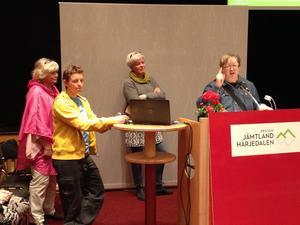 Utdelning av Region Jämtland Härjedalens pris för Årets folkhälsoinsats 2015, som gick till K2 (Region Jämtland Härjedalens enhet för rehabilitering och återhämtning). Margareta Winberg (S), regionfullmäktiges ordförande, delade ut priset som togs emot av bland andra Lisa Töfting, Ann-Marie Ekström och Thomas Höglund.