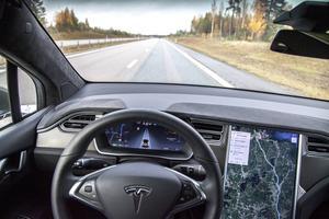Teslas autopilot tillåter autonom körning ännu så länge i cirka 6 minuter. En märklig känsla när bilen helt tar över.