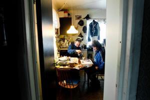 Det är skönt i stallfiket. Kaffestunden är också viktig. Det är ett tillfälle för Hans och frun Birgitta att prata.Hans Brunlöf träffade sin Birgitta på dans i Holmsveden 1979. De flyttade till en lägenhet på byn. Vid det laget jobbade Hans som lärling hos Jan Sundell på Hudiktravet, men när sonen Anders föddes 1983 flyttade han hem.