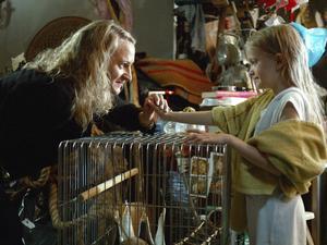 Sjuåriga Ti (Esther Quigley) måste rädda sig själv och sin psykiskt sjuka mamma (Maria Sundbom) i Suzanne Ostens film.