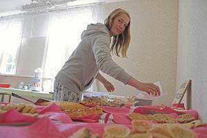 Fika är ett viktigt inslag i en konstrunda och Kajsa Andersson serverade flera sorter i Brukskapellet i Sörfjärden, Gnarp.