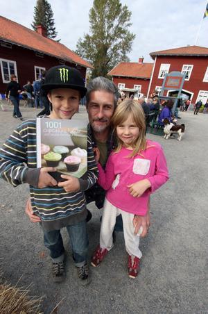 Vinnaren i årets brödtävling blev Mats Burri, här tillsammans med sin syster Elin och pappa Michael.