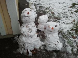 Här har  barnen på Förskolan Mariposa gjort sina första snögubbar vist är dom söta.