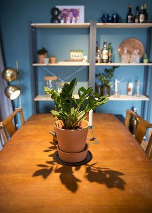 I gillestugan finns gott om plats för umgänge och sällskapsspel. Bordet fanns i huset sedan tidigare.