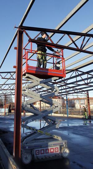 Rikard Stockzell befinner sig i höjden för att montera ned stålskelettet efter forna Ljustorget.