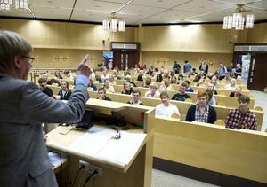 Fullmäktiges ordförande Rodney Engström ser ett ökat intresse för politik bland ungdomar – ett faktum han gläds åt.