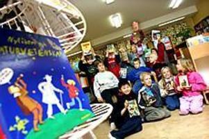 Foto: GUN WIGH Bokslukare. Eleverna i klass 4 Karlavagnen på Andersbergsskolan kastar sig över böckerna i skolbiblioteket. - Om vi läser ut alla? Då är det bara att hämta fler, säger eleverna.
