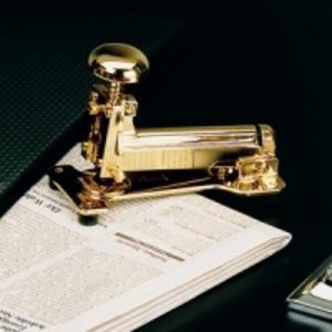 Allt som glimmar är inte guld – men det är fint! Denna blänkande häftapparat kommer från Designcandy.se.