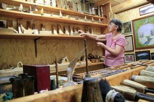 Aina Hansson är en av de i hembygdsföreningen som har hjälpt till att ställa i ordning gårdsmuseet på hembygdsgården i Harmånger.