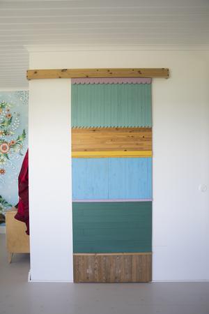 I sovrummet finns även en skåpdörr i samma tema.