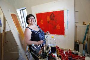 Anna-Maria Johansson låter färgen och kreativiteten flöda under kursdagarna. - En polett föll ner när jag började måla, säger hon.