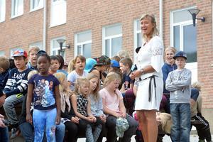 Elever och personal sjöng in det nya skolåret i Ljungaverk.