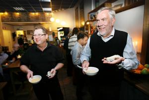 Erik Kreft och Nils-Eric Haglöw från Coop säger att de försöker knyta upp fler lokala odlare.