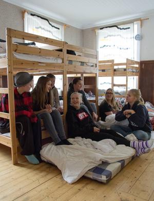 Innertemperaturen visar bara 13 grader, då är det mysigt att sitta nära varandra tycker Yasmine Enbom, Hanna Ringman, Tova Ohlson, Lotta Josefsson, Lina Clahr, Savanna Lindgren Sköld och Anna Bengtson.