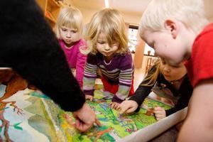 Barnen på Hackås förskola får en smygtitt på skissen till det planerade konstverk som Maud Hedén Wikander ska designa till förskolans samlingssal. Foto: Ulrika Andersson
