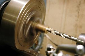 Gruppen som tillverkar kalorikmaskinen fick lära sig att svarva, fräsa och borra från grunden.