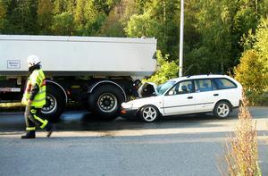 En personbil körde in i en stillastående lastbil på Frösön.