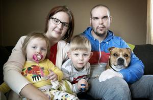 Familjen Bossen/Karlsson samlad – mamma Therese, pappa Henrik, barnen Tuva och Theo samt hunden Zammy.