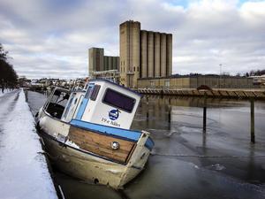 """Norrtälje kommun och hamnansvariga har försökt att få tag i båtens ägare. NT lyckades få tag i tre tidigare ägare, men ingen av dem vill i dagsläget ta ansvar för """"19:e hålet""""."""
