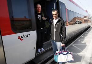 Två dellbor kliver på X-tåget i Ljusdal. Per Sundqvist, till vänster, är på väg till Afghanistan. Bernt Lagelius, till höger, ska på konferens i Borås.