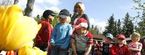 Landshövding Barbro Holmberg valde Tummelisagårdens regnbågsrabatt som det vinnande bidraget i lökprojektet. Barnen var riktigt nöjda med sitt resultat.