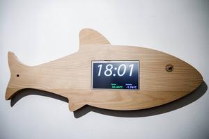 En fiskformad skärbräda på hallväggen rymmer en pekskärm som bland annat reglerar temperatur och ljus i huset.