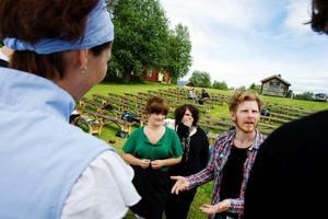 """""""Det måste gå fortare – pang, pang, pang."""" Angelica Rydell och Elin Andersson lyssnar medan Håkan Borgsten instruerar Malin Machnow och Anton Nyberg."""