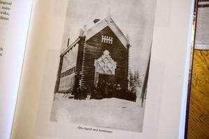Så här såg Öfra kapell ut innan träpanelen lades utanpå timret. Hornknutarna är en ovanlig konstruktionsom nu är dolda under panelen. Ur