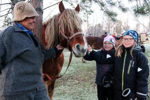Wilma Molund och Sofia Winterqvist hälsar på hästen Algot, som tålmodigt stod tillsammans med Anna-Lena Roos-Bäckman för att hälsa på besökarna.