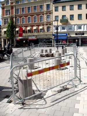Sittplatser. Granitpallar för vila och lek är på väg upp på Våghustorget.