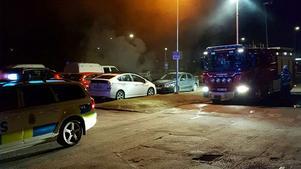 En bil brinner på Brunnsängsvägen.
