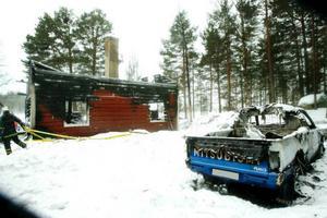 Släckningsarbetet pågick under natten och hela måndagen höll man brandplatsen under bevakning.