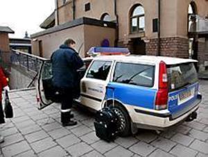 Foto: GUN WIGH Bagaget kvar. Sundsvallpojkarna stal handväskan men inte resväskan. Den 57-åriga kvinnan satt i en polisbil när hon pratade med polismännen på plats.