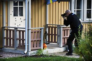 En polisman och hans familj utsattes för ett mordförsök genom skjutning med 20-talet skott  natten till lördag i Västerås.Kriminaltekniker fotograferar det beskjuta huset.