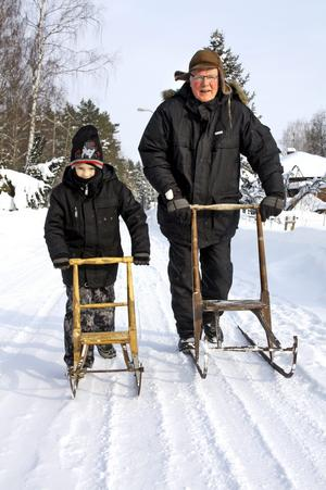 Äntligen kom sparkstöttingarna till användning. Bengt Eriksson i Åbytorp och barnbarnet Oscar tog en lång turi solskenet på tisdagen.Bild: JAN WIJK