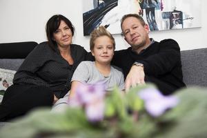 Sundsvallsparet Susanne och Fredrik Ekwurtzel hemma hos sonen Gustav igen efter att ha hamnat mitt i terrorns Paris.
