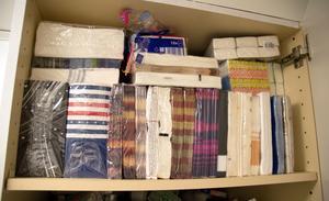 Tina hade 83 förpackningar med servetter när köpstoppet började, nu har hon 94. Det är en förbrukningsvara som inte går åt i samma takt som nya mönster lockar.