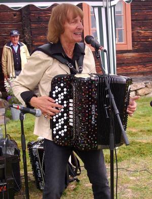 Full fart som vanligt när Roland Cedermark uppträdde på hembygdsfesten i Älvros. Foto: Leif Eriksson