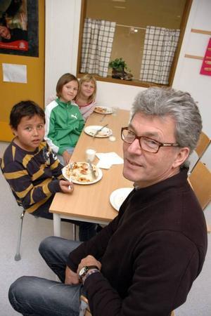 """LUKTAR GOTT. Urban Forsberg, lärare, berättar att eleverna äter mer nu. """"Maten är god"""", säger Ewa Johnson som sitter bredvid Agnes Gustafsson och Juan Chaparro."""