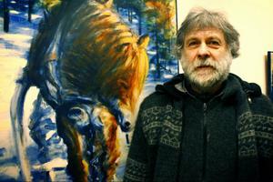 Konstnären Kaj på Höjda heter egentligen Persson i efternamn och bor i Lorås. Två veckor framöver ställer han ut sina målningar på Galerie Anders Ek i Torvalla by. Foto: Lina Lindbäck