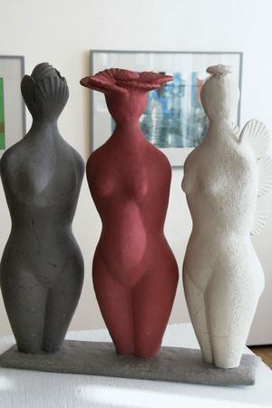 Modersgestalter heter skulpturen med tre kvinnokroppar.