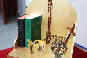 Romerna har ingen egen religion utan har traditionellt sett anammat den som finns i landet de kommit till.