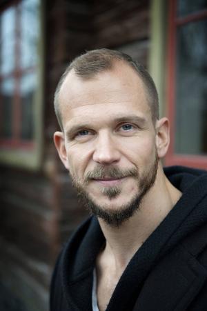 Gustaf Skarsgård har börjat se Irland som sitt andra hem efter inspelningarna av