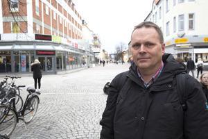 Johnny Karlsson (L) vill se åtgärder som ökar säkerheten för gående på gågatan kombinerat med att cyklingsförbudet upphävs.